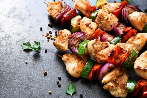 Spiedini di pollo e verdure peperoni, cipolle, zucchine su spiedini.