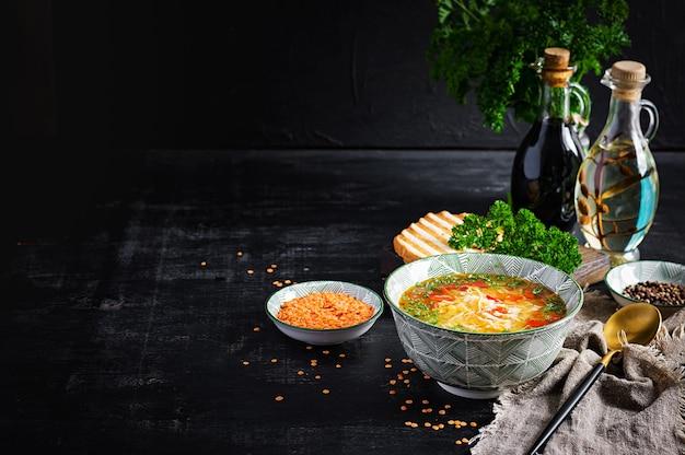 Zuppa di pollo con lenticchie rosse e paprika. cucina tradizionale mediterranea. cibo salutare.