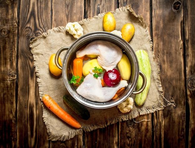 Zuppa di pollo con verdure in una pentola capiente
