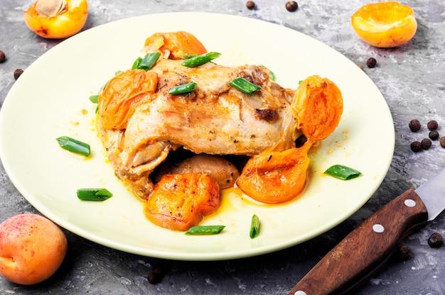 Pollo in umido in albicocche
