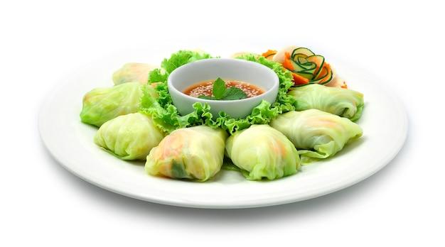 Involtini di cavolo ripieni di pollo con verdure servite salsa sukiyaki