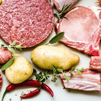 Cosce di pollo, hamburger di maiale e manzo, costolette e spiedini, polpette di tacchino, pronte per essere cotte