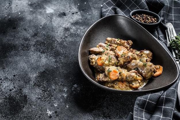 Pollo, stufato di fegato di tacchino con cipolle in un piatto