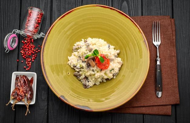 Pollo con riso, funghi e formaggio al ristorante