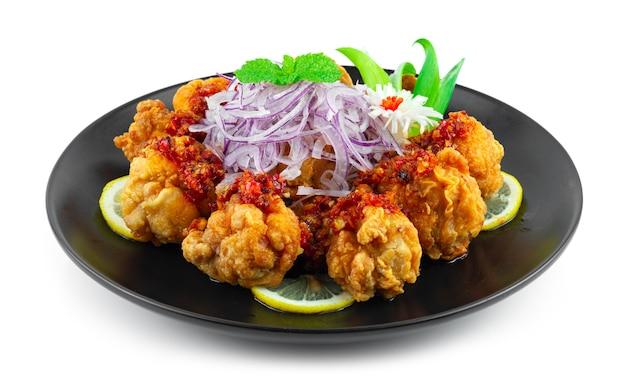 Pollo con salsa sambal fritto nel grasso bollente menu piccante combinazione indonesiana stile fusion malese vista laterale side