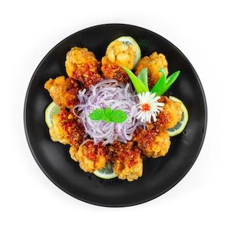 Pollo con salsa sambal fritto nel grasso bollente menu piccante combinazione indonesiana stile fusion malese vista dall'alto