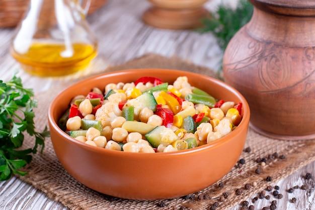 Ceci con verdure. dieta, vegetariano, cibo vegano, spuntino vitaminico