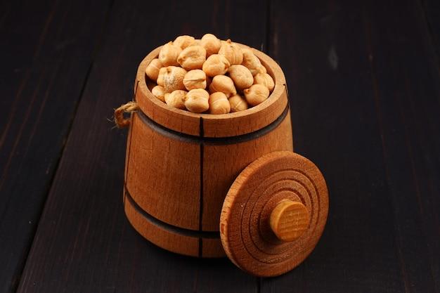 Ceci piselli in una botte su una superficie di legno si chiuda
