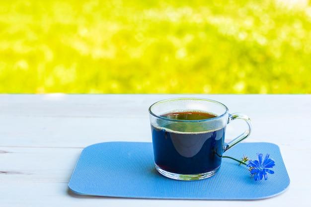 Bevanda calda alla cicoria in una tazza con un fiore