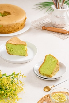 La chiffon cake è una torta molto leggera con il caratteristico foro al centro di una tortiera non unta