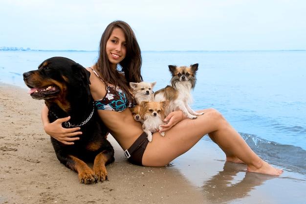 Chihuahua e donna sulla spiaggia