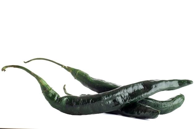 Chilacas o peperoncini verdi con fondo bianco