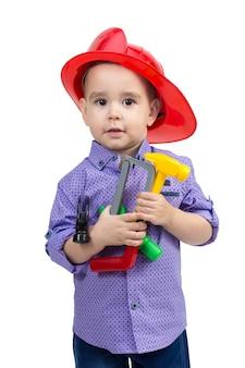 Bambino di 2-3 anni con strumenti di costruzione giocattolo in mano.