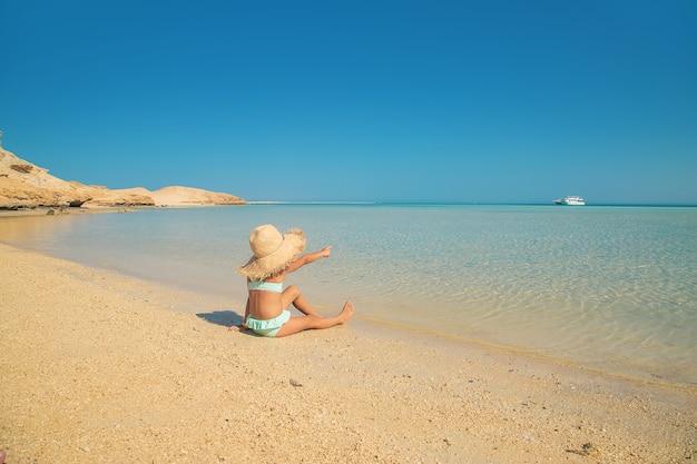 Un bambino sulla spiaggia vicino al mare. messa a fuoco selettiva. natura.
