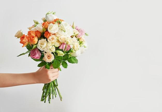 Ragazzo bambino con bouquet di fiori.