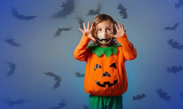 Un bambino in costume di carnevale fa una smorfia alla festa di halloween