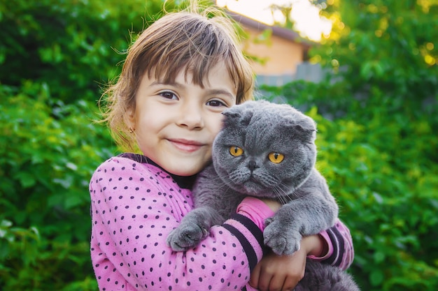 Un bambino e un gatto messa a fuoco selettiva