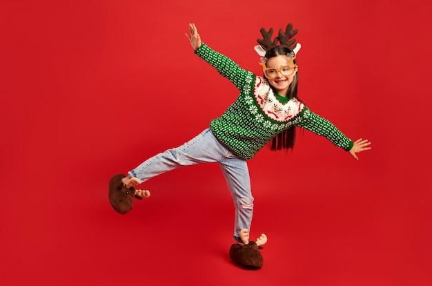 Bambino in abiti natalizi