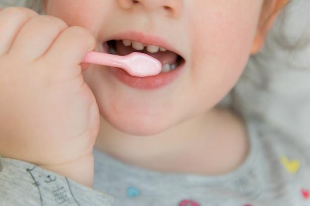 Bambino che pulisce i denti.