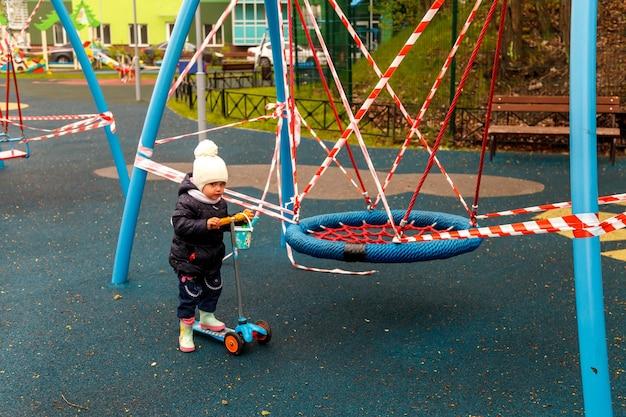 Bambino sul parco giochi chiuso