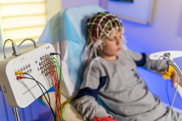 Elettroencefalografia condotta da bambino. un frammento di processo. problemi neurologici.