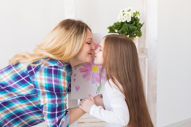 Il bambino si congratula con la mamma e le dà la cartolina