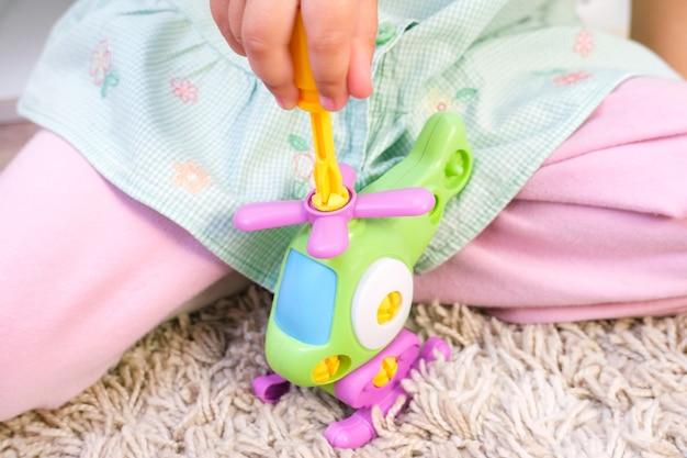 Il bambino costruisce un elicottero con un cacciavite. sviluppo delle capacità motorie fini