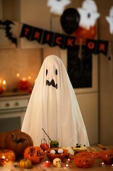 Bambino in costume di fantasma