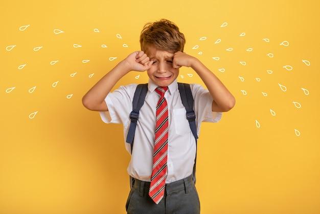 Il bambino piange perché non vuole andare a scuola