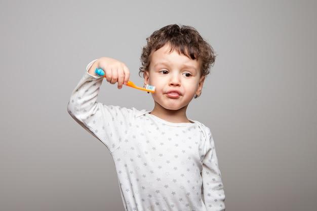 Il bambino non vuole lavarsi i denti.