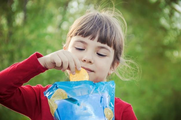 Il bambino mangia le patatine. messa a fuoco selettiva. cibo e bevande.