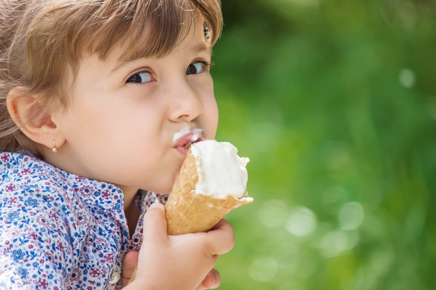 Il bambino mangia il gelato. messa a fuoco selettiva