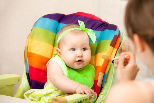 Il bambino mangia una purea di verdure