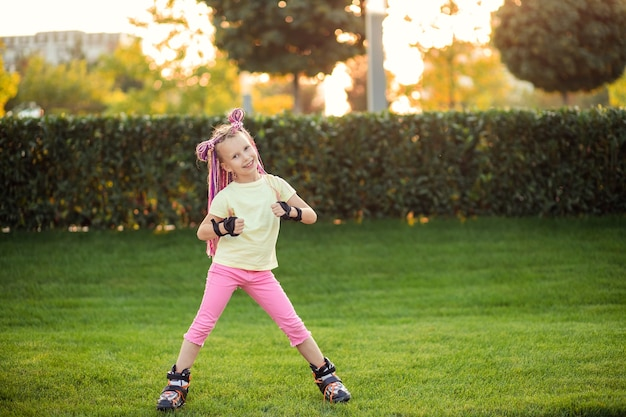 Bambina nel parco sui rollerblade