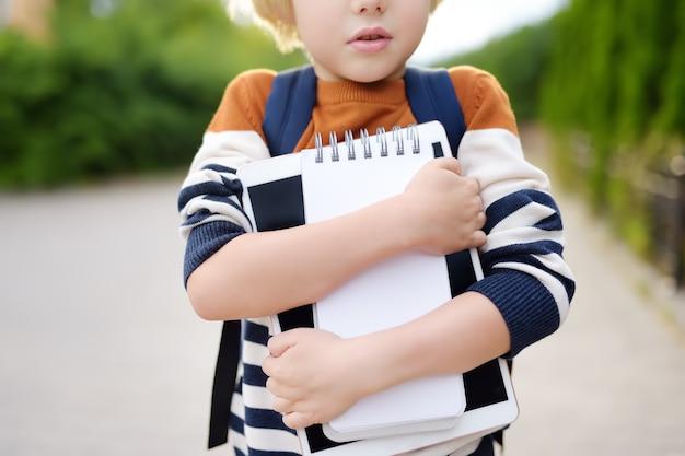 Bambino che va a scuola dopo la pausa