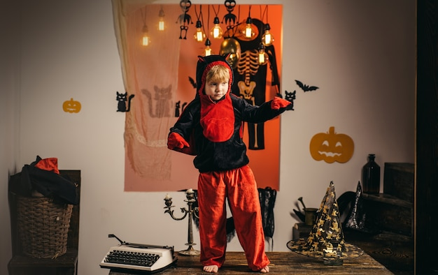 Bambino che si diverte a halloween dolcetto o scherzetto i bambini in america celebrano halloween bambini divertenti in c...