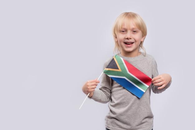 Bambino che tiene la bandiera del sudafrica