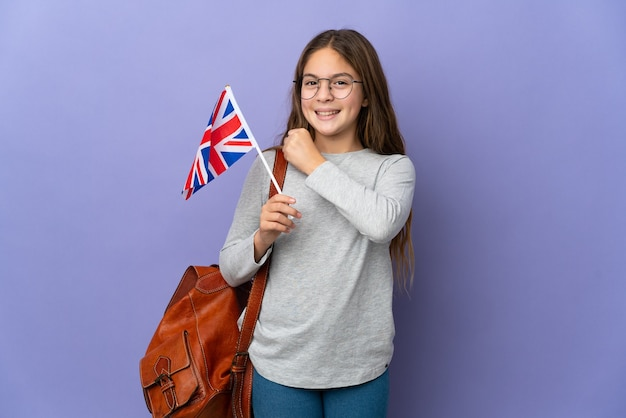 Bambino che tiene una bandiera del regno unito su sfondo isolato che celebra una vittoria