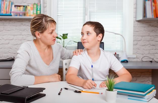 Bambino a casa che studia istruzione, istruzione domiciliare e apprendimento a distanza con tutor privato.