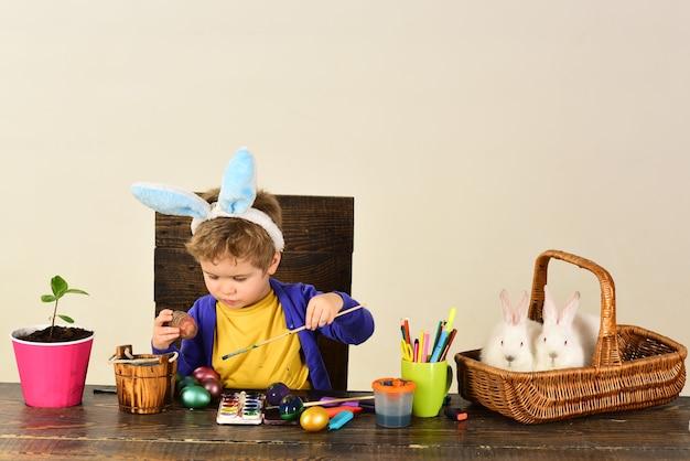 Il bambino va a caccia di uova di pasqua