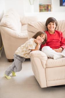 Bambino all'interno di casa moderna seduta sul divano