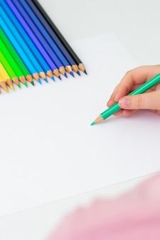 Il bambino sta disegnando con una matita colorata