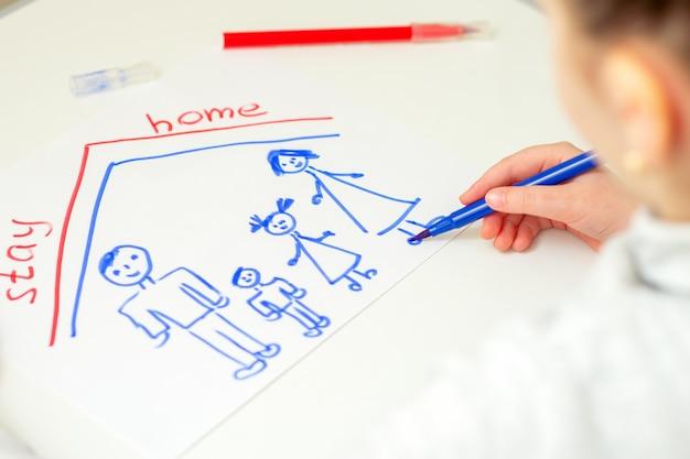 Il bambino sta disegnando la famiglia felice