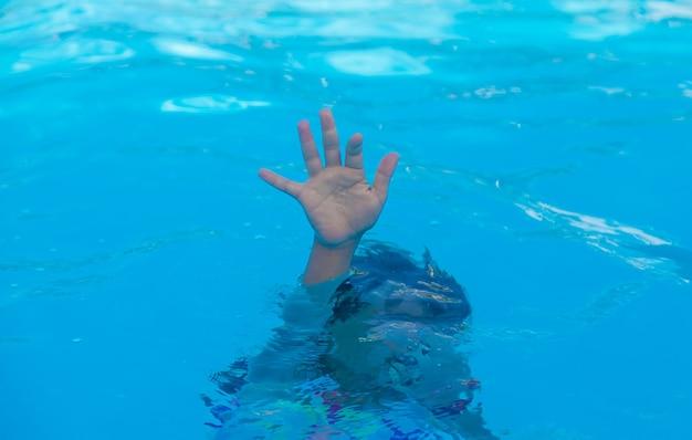 Il bambino sta annegando in mare. messa a fuoco selettiva. ragazzo,