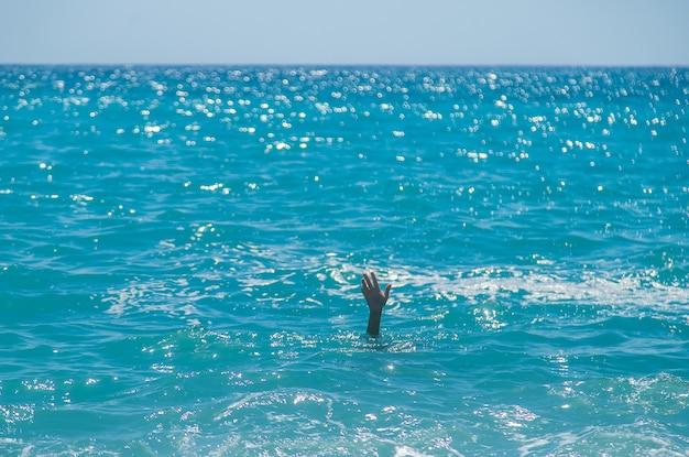 Il bambino sta annegando in mare. messa a fuoco selettiva.