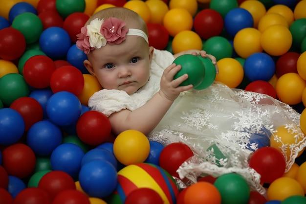 Un bambino si diverte e gioca a una festa per bambini