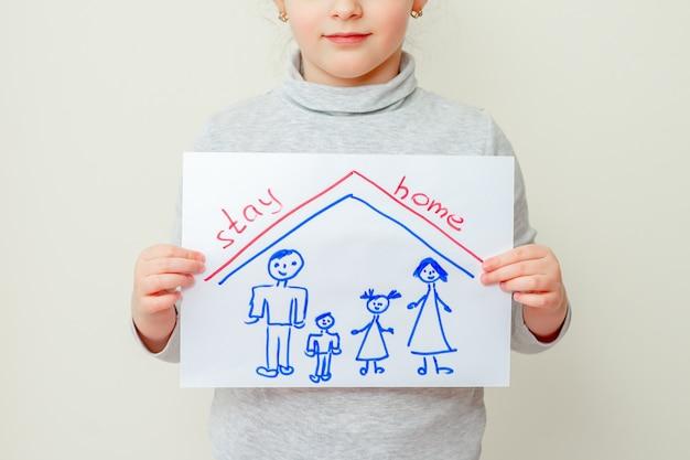 Il bambino tiene in mano una foto di famiglia