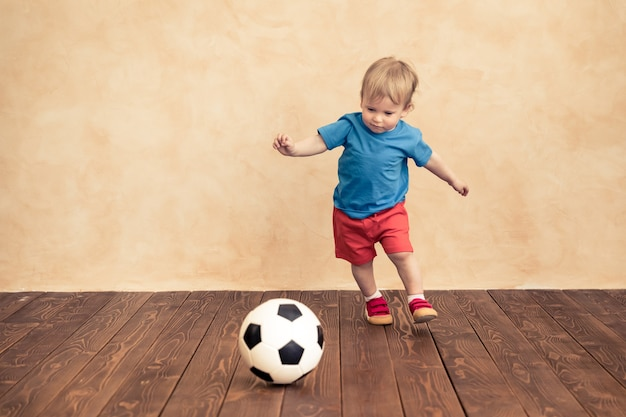 Il bambino finge di essere un giocatore di calcio concetto di successo e vincitore