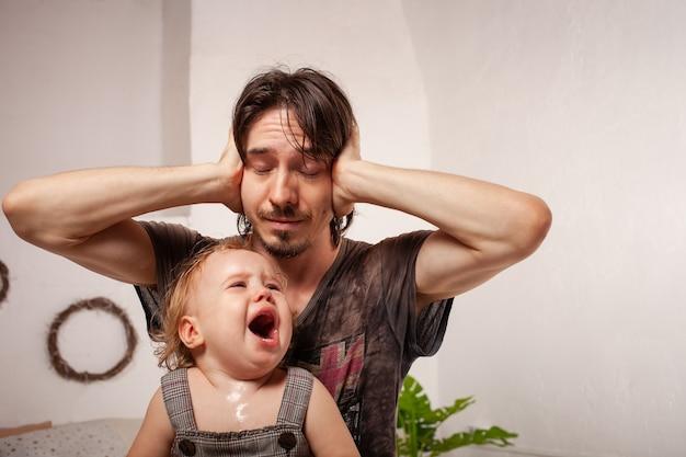 Il bambino sta urlando, isterico. il genitore è irritato, stanco
