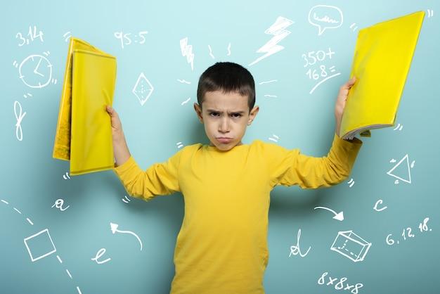 Il bambino è infelice e arrabbiato per i troppi compiti.